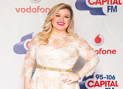 Kelly Clarkson announces pregnancy on stage