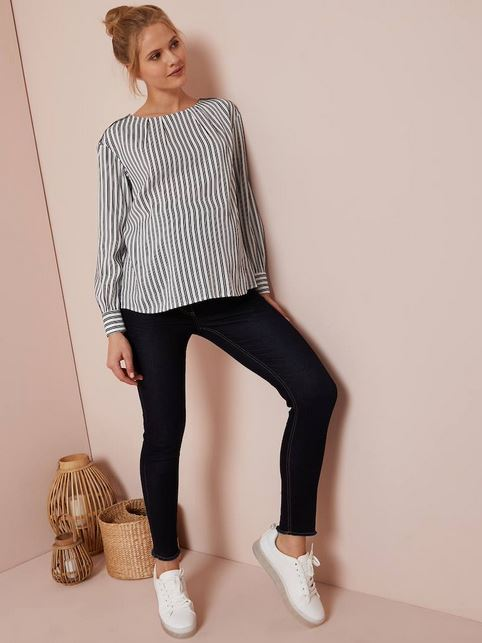 Cropped blue maternity jeans