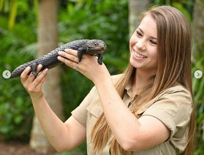 Bindi Irwin with lizard