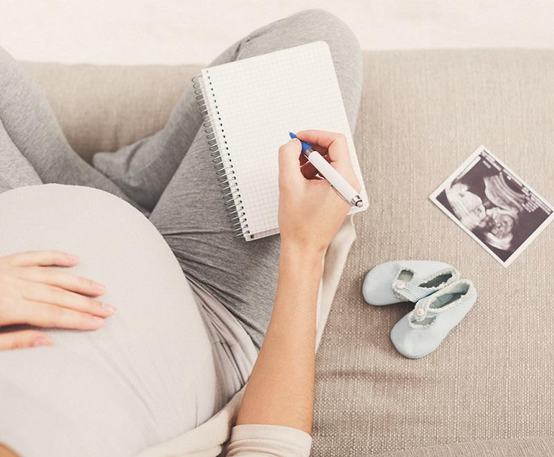 Pregnant woman choosing baby names